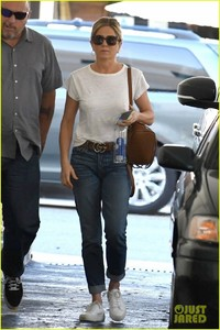 jennifer-aniston-steps-out-after-donating-to-puerto-rico-relief-02.jpg