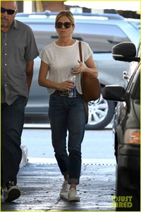 jennifer-aniston-steps-out-after-donating-to-puerto-rico-relief-04.jpg