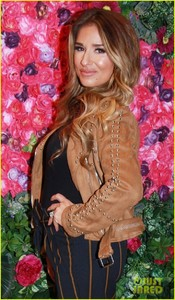 jessie-james-decker-shows-off-baby-bump-in-nyc-03.jpg