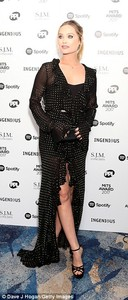 4614BC8C00000578-5055759-Chic_Laura_certainly_took_centre_stage_in_her_Flamenco_inspired_-a-2_1510000991328.jpg