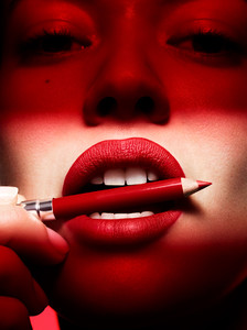 Muse_Beauty_Red_Lips_Jenny_Hands_02.jpg