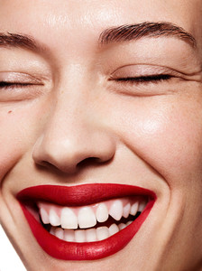 Muse_Beauty_Red_Lips_Jenny_Hands_04.jpg