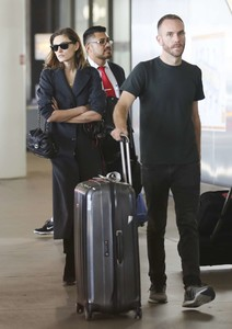Phoebe-Tonkin-at-LAX-International-Airport--04.thumb.jpg.cac74b065f5a51c85b8a3e2258edbb59.jpg
