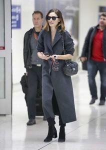 Phoebe-Tonkin-at-LAX-International-Airport--05.thumb.jpg.b4cd5163e147d47371f563a7d9fb97b7.jpg