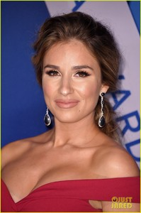 jessie-james-decker-red-carpet-cmas-02.jpg