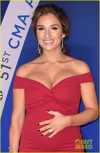 jessie-james-decker-red-carpet-cmas-04.jpg