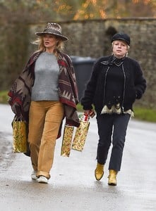 kate-moss-delivers-festive-gifts-to-neighbours-0.jpg