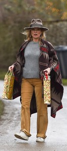 kate-moss-delivers-festive-gifts-to-neighbours-1.jpg