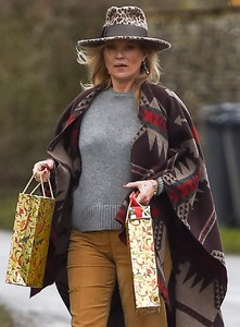 kate-moss-delivers-festive-gifts-to-neighbours-3.jpg
