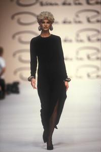 oscar-de-la-renta-fw-1991-10.thumb.jpg.4d24bf4f7a45dbaee7ae92e1aa6b62bf.jpg
