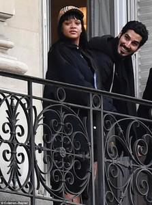 481E733C00000578-5266895-Je_taime_Rihanna_and_billionaire_boyfriend_Hassan_Jameel_were_sp-a-6_1515889754335.jpg