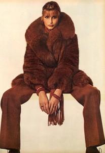 Avedon_Vogue_US_September_1st_1972_11.thumb.jpg.2f18a6ffbd02c972fb2c09b1b31df492.jpg