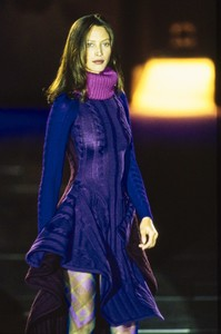 VERSACE-FALL-1993-RTW-DETAIL-05-CHRISTY-TURLINGTON-CN10047174.thumb.jpg.5646361dc3322dfd87deaa0c0c412526.jpg