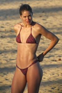doutzen-kroes-and-candice-swanepoel-at-beach-in-bahia-1.jpg
