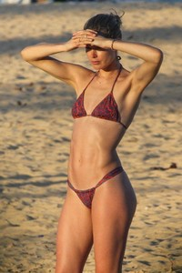 doutzen-kroes-and-candice-swanepoel-at-beach-in-bahia-11.jpg