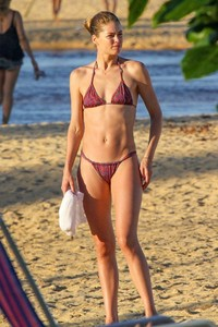 doutzen-kroes-and-candice-swanepoel-at-beach-in-bahia-16.jpg