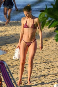 doutzen-kroes-and-candice-swanepoel-at-beach-in-bahia-17.jpg