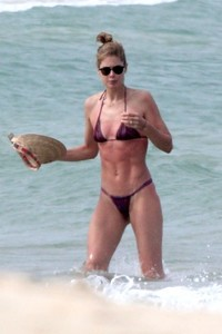 doutzen-kroes-in-bikini-enjoys-beach-day-in-bahia-4.jpg