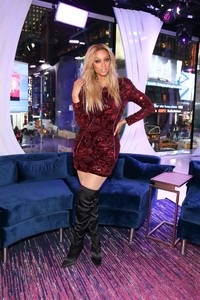 tyra-banks-appeared-on-mtv-trl-in-new-york-1.jpg