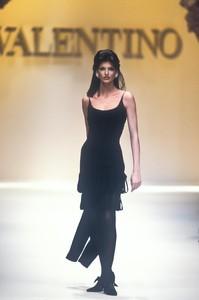 valentino-fw-1992-1.thumb.jpg.ac3abf3b4b224bf6d6f227f758e5bed0.jpg