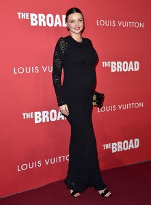 pregnant-miranda-kerr-at-broad-and-louis-vuitton-celebrate-jasper-johns-something-resembling-truth-in-los-angeles-02-08-2018-2.jpg