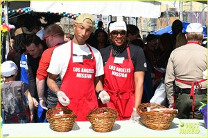 kellan-lutz-pharrell-williams-easter-meal-01.thumb.jpg.c350d3aa0055e850f813588442db6683.jpg