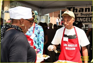 kellan-lutz-pharrell-williams-easter-meal-14.thumb.jpg.5ea60f5063ac8ce0681dfc91e324d05e.jpg