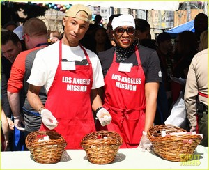 kellan-lutz-pharrell-williams-easter-meal-15.jpg