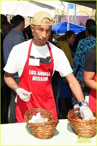 kellan-lutz-pharrell-williams-easter-meal-19.jpg
