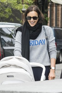 Irina-Shayk-with-her-daughter-Lea-out-for-a-walk-in-New-York-City-1.thumb.jpg.72178d4cd7cc401cef611120c3bd4bd6.jpg