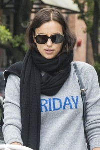 Irina-Shayk-with-her-daughter-Lea-out-for-a-walk-in-New-York-City-2.thumb.jpg.65d9c722b4c7f44634f2c15cdfd49a8d.jpg