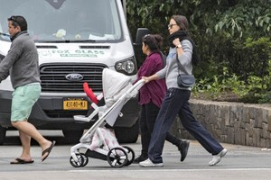 Irina-Shayk-with-her-daughter-Lea-out-for-a-walk-in-New-York-City-3.thumb.jpg.302d2063c296c0331ab37009a3e9a1a4.jpg