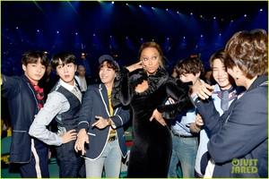 tyra-banks-fangirls-over-bts-at-billboard-music-awards-02.thumb.jpg.e2cb20dec57448a3e94a743268205f5b.jpg