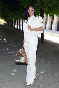 Rihanna+Louis+Vuitton+Front+Row+Paris+Fashion+HYespWCsq8Wx.jpg