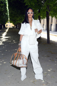 Rihanna+Louis+Vuitton+Front+Row+Paris+Fashion+YiqUiX_YjObx.jpg