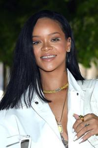Rihanna+Louis+Vuitton+Front+Row+Paris+Fashion+6rhKJ80GIzix.jpg