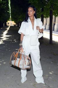 Rihanna+Louis+Vuitton+Front+Row+Paris+Fashion+VackKWIFouNx.jpg