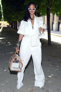 Rihanna+Louis+Vuitton+Front+Row+Paris+Fashion+ISlIZAGptFox.jpg
