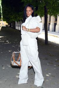Rihanna+Louis+Vuitton+Front+Row+Paris+Fashion+xfBX_c9dBaUx.jpg