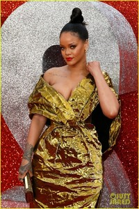 rihanna-sparkles-in-gold-at-oceans-8-london-premiere-02.jpg