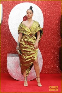 rihanna-sparkles-in-gold-at-oceans-8-london-premiere-03.jpg