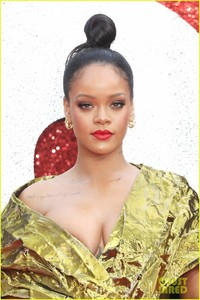 rihanna-sparkles-in-gold-at-oceans-8-london-premiere-04.jpg
