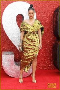 rihanna-sparkles-in-gold-at-oceans-8-london-premiere-06.jpg