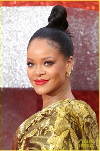 rihanna-sparkles-in-gold-at-oceans-8-london-premiere-08.jpg