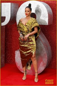 rihanna-sparkles-in-gold-at-oceans-8-london-premiere-11.jpg