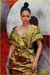 rihanna-sparkles-in-gold-at-oceans-8-london-premiere-12.jpg