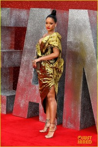 rihanna-sparkles-in-gold-at-oceans-8-london-premiere-14.jpg