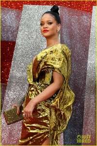 rihanna-sparkles-in-gold-at-oceans-8-london-premiere-15.jpg