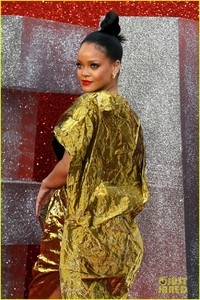 rihanna-sparkles-in-gold-at-oceans-8-london-premiere-16.jpg