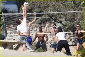 leonardo-dicaprio-ansel-elgort-beach-volleyball-18.jpg